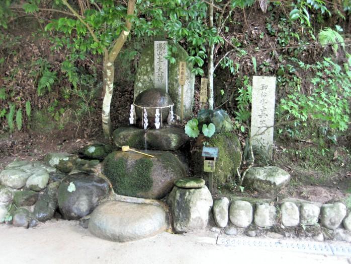 07-tamatsukuri-yu-shrine_negai-stone